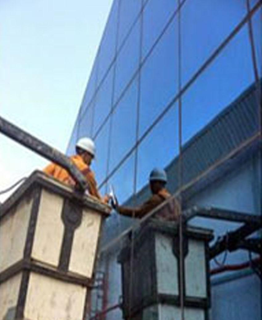 เช็ดกระจกและวัสดุอลูมิเนียม ภายในภายนอกด้วยเครื่องมือและน้ำยาเช็ดกระจก สำนักงาน โชว์รูม อาคารสูง